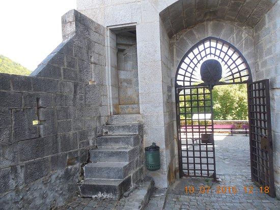 Menthon-Saint-Bernard, France: L'entree dans la cour du chateau