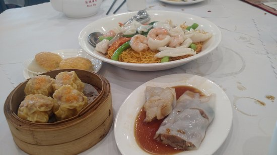 San Leandro, Californie : Seafood pan fried noodles, steam rice noodle roll beef, pork sui mai