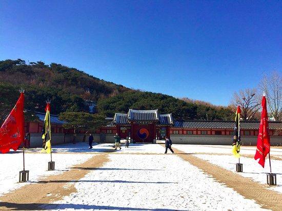 Suwon, Corea del Sur: first courtyard