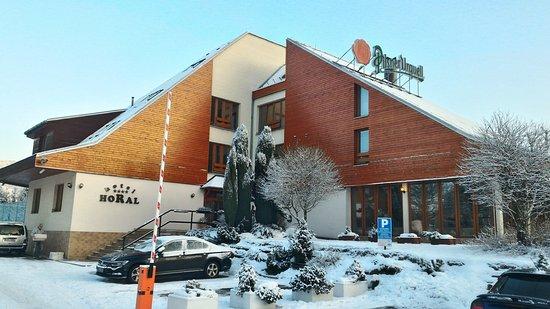 Roznov pod Radhostem, Repubblica Ceca: Hotel Horal - vjezd na parkoviště a vchod do hotelu