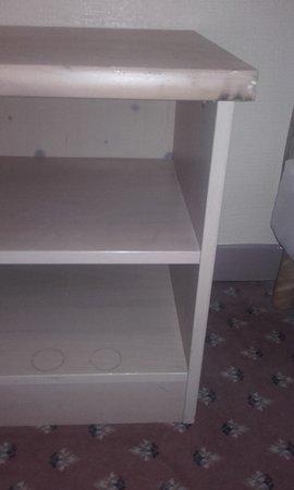 Hotel Angleterre: meuble de la chambre (sale et taché)