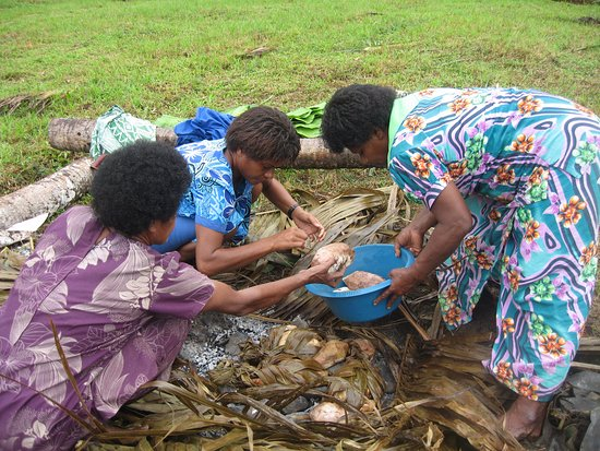 Viti Levu, Fiji: Women preparing lovo (food cooked in the earth)