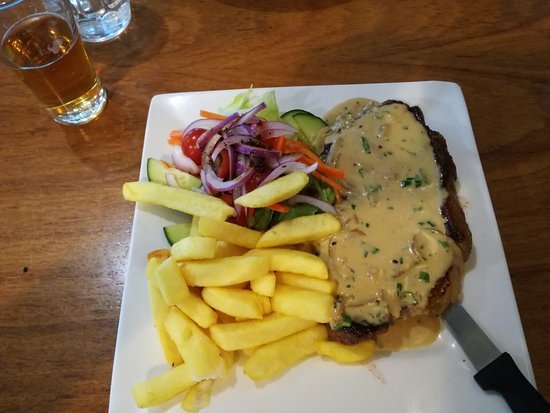 Dunkeld, Australia: Portersteak with garlic sauce and French fries