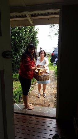Tamborine Mountain, Australia: Breakfast delivery! Yummy!