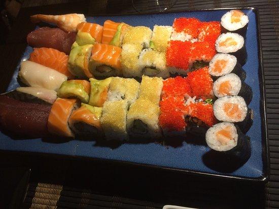 Premià de Mar, España: El primero es un mix de variado de sushi ra y rainbow (creo que se decia) y el segundo una degus