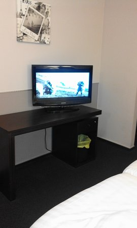Hotel La Louve : chambre spacieuse avec meuble bureau