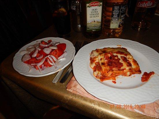 Francavilla di Sicilia, Italien: Lasagne med tomatsalat