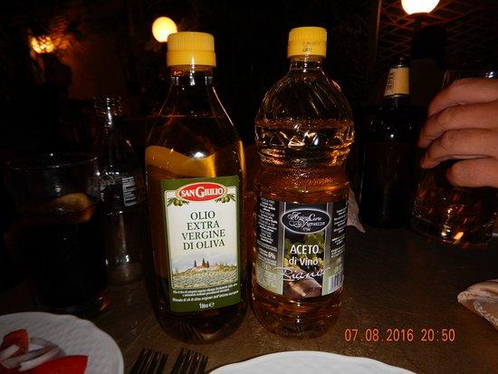 Francavilla di Sicilia, Itália: Meget stort olie/eddike sæt (1 liters flasker)
