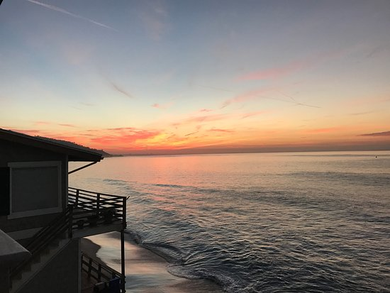 Malibu Beach Inn: Sunrise from our balcony