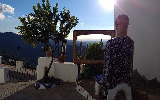 Genalguacil, Spanyol: Escultura del pueblo (mirando la television)