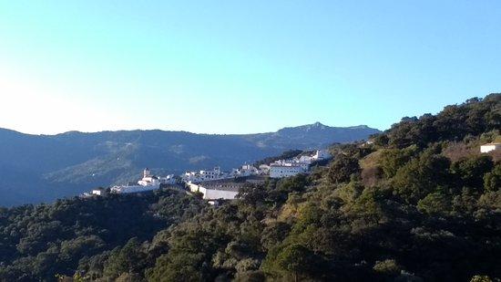 Genalguacil, Spanyol: Vistas del pueblo desde la carretera