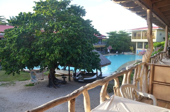 Malapascua Legend: The pool looks very nice,especially after dark with the lights on