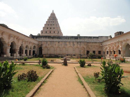 Garden inside Thanjavur Royal Palace - Bild von Thanjavur Royal ...