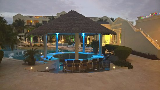 The Atrium Resort: The unused, no bar, pool bar