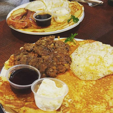 Cedar Rapids, IA: Pancake breakfast ... bacon in the back & Jaternice (liver sausage) in the front