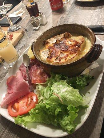 Les Angles, France: Merci pour nos papilles. Salade de chèvre chaud et camembert au four accompagnement charcuterie