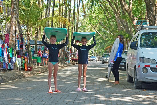 Dominical, Costa Rica: Young surfers getting ready for their one-on-one surf lesson