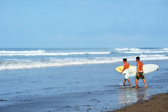 Intermediate surf lesson going out in Playa Dominical