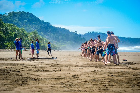 Dominical, Costa Rica : High school group learning the basics!