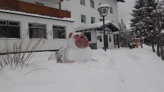 Axams, Austria: Außeneingang zum Restaurant - und der Mops passt auf!!!