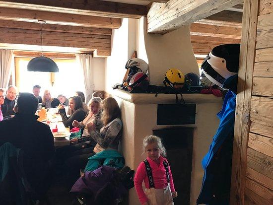 Brixen im Thale, Austria: De ofen kachel in het restaurant
