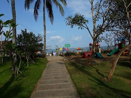 Jayakarta Villas Anyer Beach Resort, Boutique Suites & Spa: road to the beach