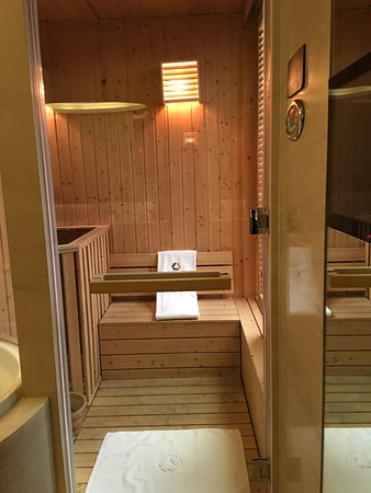 Hotel Okura Macau: Sauna Room Inside The Bathroom