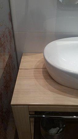 Fabio Massimo Design Hotel: piano del lavabo spaccato