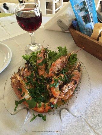Plaka, Grecia: Креветки на гриле - очень вкусно! А бокал вина - приятный бонус от хозяина заведения.