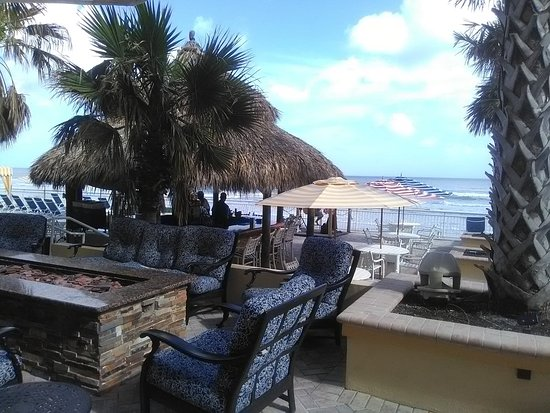 The Shores Resort & Spa: Patio bar/dining