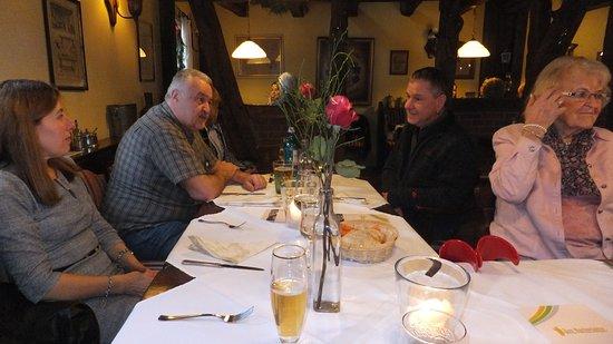 Obertshausen, Alemanha: Die Verteilung auf mehrere Tische war notwendig, hat aber der Stimmung keinen Abbruch getan.
