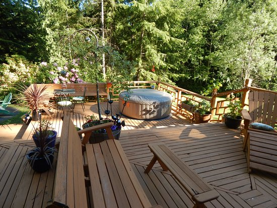 Poulsbo, Вашингтон: Large deck and 2 person jetted hot tub