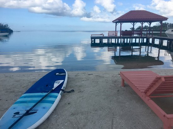 St. George's Caye, เบลีซ: Kayaks and paddle boards put out on the leeward side of the island.