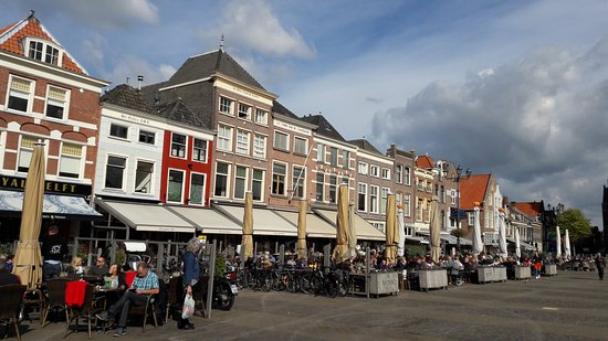 Hotel Leeuwenbrug: The market square in Delft