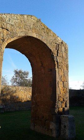 Tuscania, Italy: porta ad arco