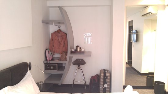 Braamfontein, Sudáfrica: Cofre, cabides, espelho, café/chá
