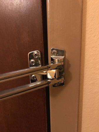 Sheraton Atlanta Perimeter North: Broken security latch that locked my in my room