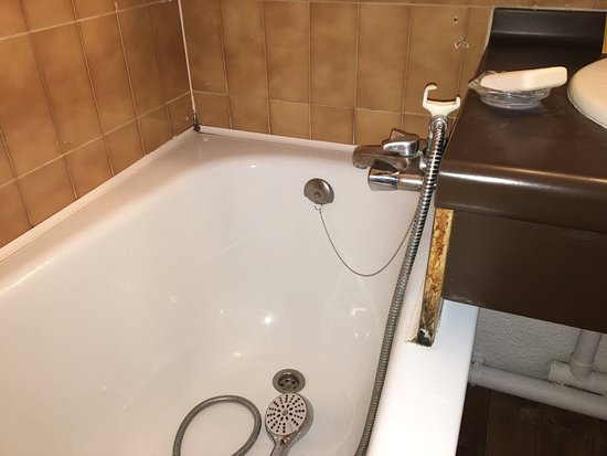 Residenz Maeva Les Alpages: 10 years unmaintained 2 star residence with dirty rooms