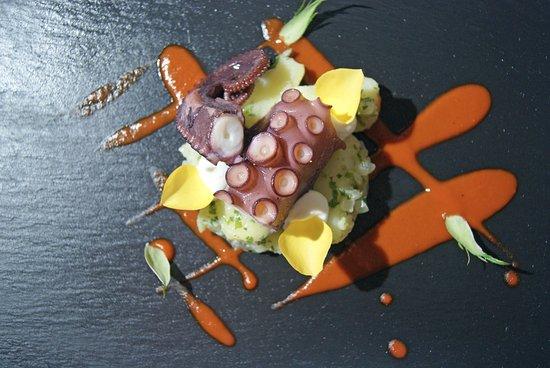 Son Servera, Espagne : Ensalada tibia de pulpo con salsa de piquillo patata i ai i oli
