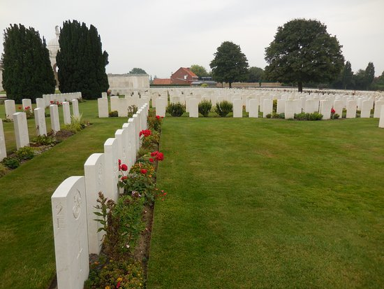 Zonnebeke, Belgia: The cemetery is surrounded by farmland.