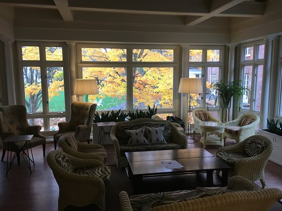 Richardson Tavern at the Woodstock Inn and Resort: Lounge for afternoon tea