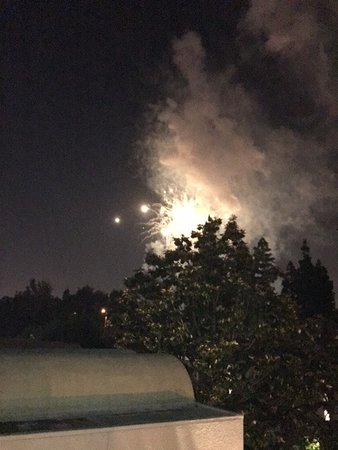 Howard Johnson Anaheim Hotel and Water Playground: More fireworks
