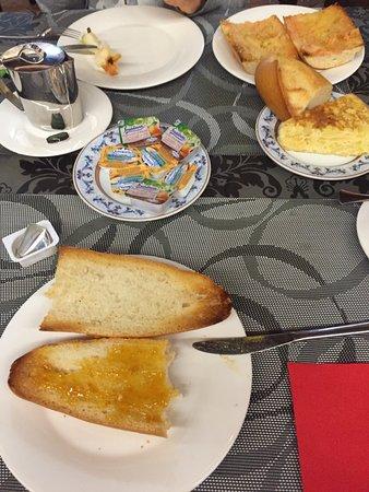 desayuno: fruta, tostadas, tortilla, café, té, pan con tomate, ...
