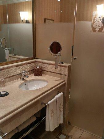 Gran Hotel Atlantis Bahia Real: separado de la bañera se encuentra el inodoro...genial!