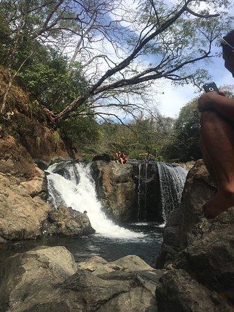 بلايا سامارا, كوستاريكا: local kids jumping from the falls