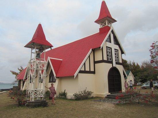Cap Malheureux: belle petite église des amoureux ,décorée avec des fleurs fraîches lors de cérémonies