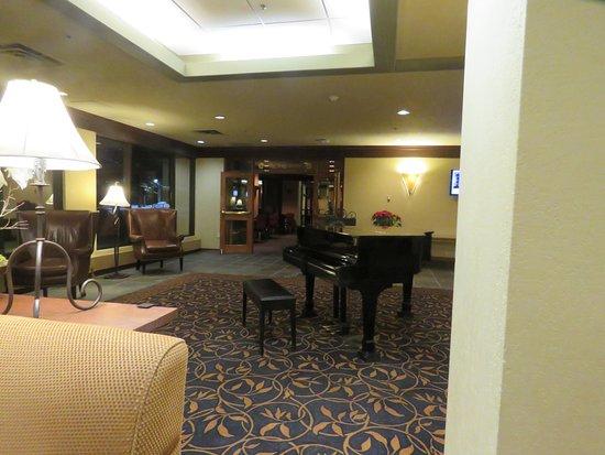 Kananaskis Country, แคนาดา: Un-renovated lobby 1