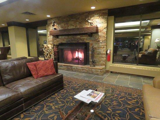 Kananaskis Country, แคนาดา: Un-renovated lobby 2