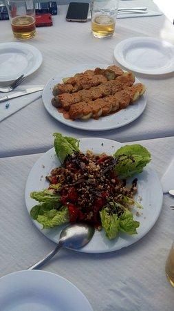 El Bosque, Spanien: cogollos con morrón y nueces y papas con mojo picón