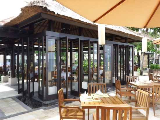 Eight Degrees South at Conrad Bali: Restaurant with great frontbeach views, food acceptable!